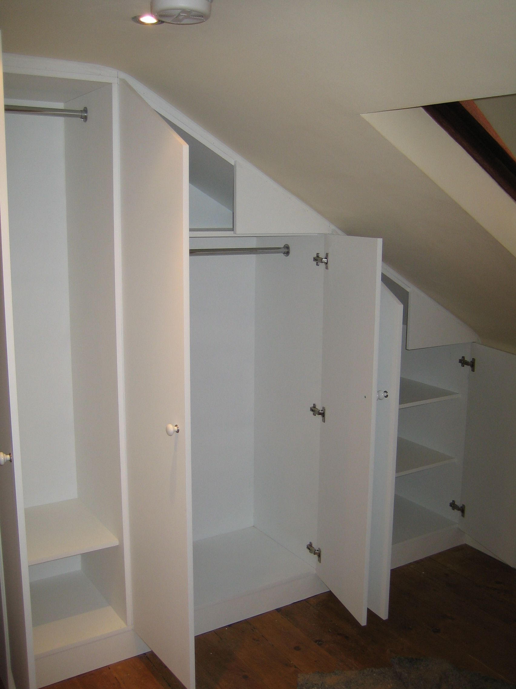 London Carpentry Solutions Loft Wardrobe Einen Kleiderschrank