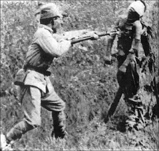 """Title of image: """"This Day in History: Dec 13, 1937: The Rape of Nanking""""...........My explanation: This soldier is Chinese, not Japanese. Note the soft lapel collar, in 1937 the Imperial Japanese Army tunic had a stiff neck collar. This soldier has a canteen attached to his belt. The Imperial Japanese Army canteen had a webbing strap that went up and across the shoulder, it was never slung on a waist belt. Massacre De Nanquim, Fatos Historicos, Imagens, História Do Mundo, História Militar, Segunda Guerra Mundial, Wwii, Exército, Japonês"""