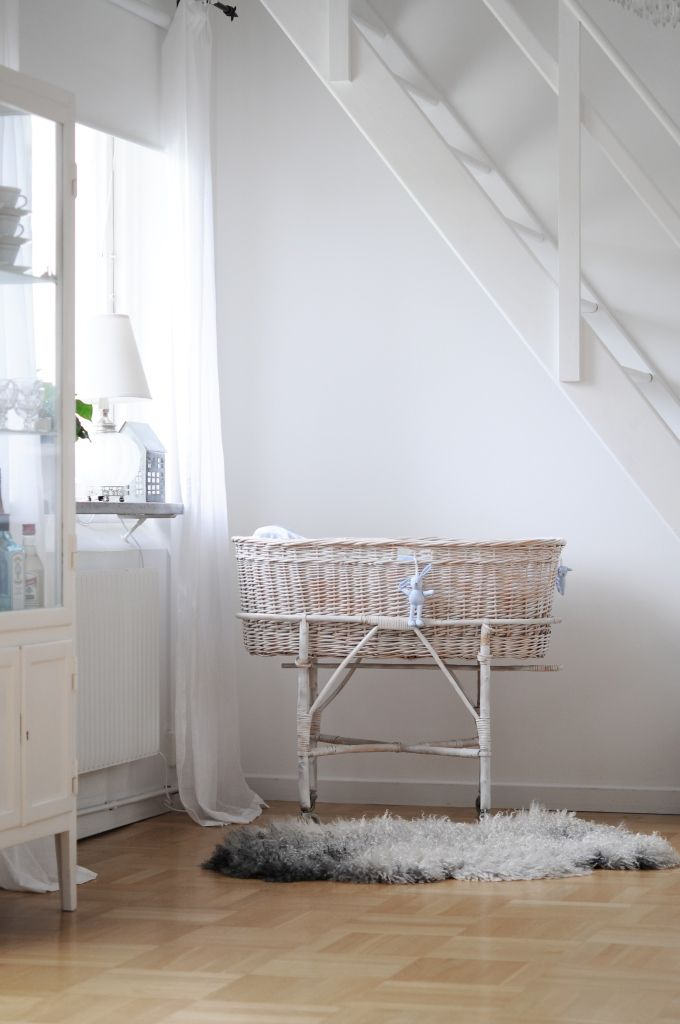 White on white nursery {Nursery} Inspiration at UrbanBaby - babyzimmer kinderzimmer koniglichen stil einrichten