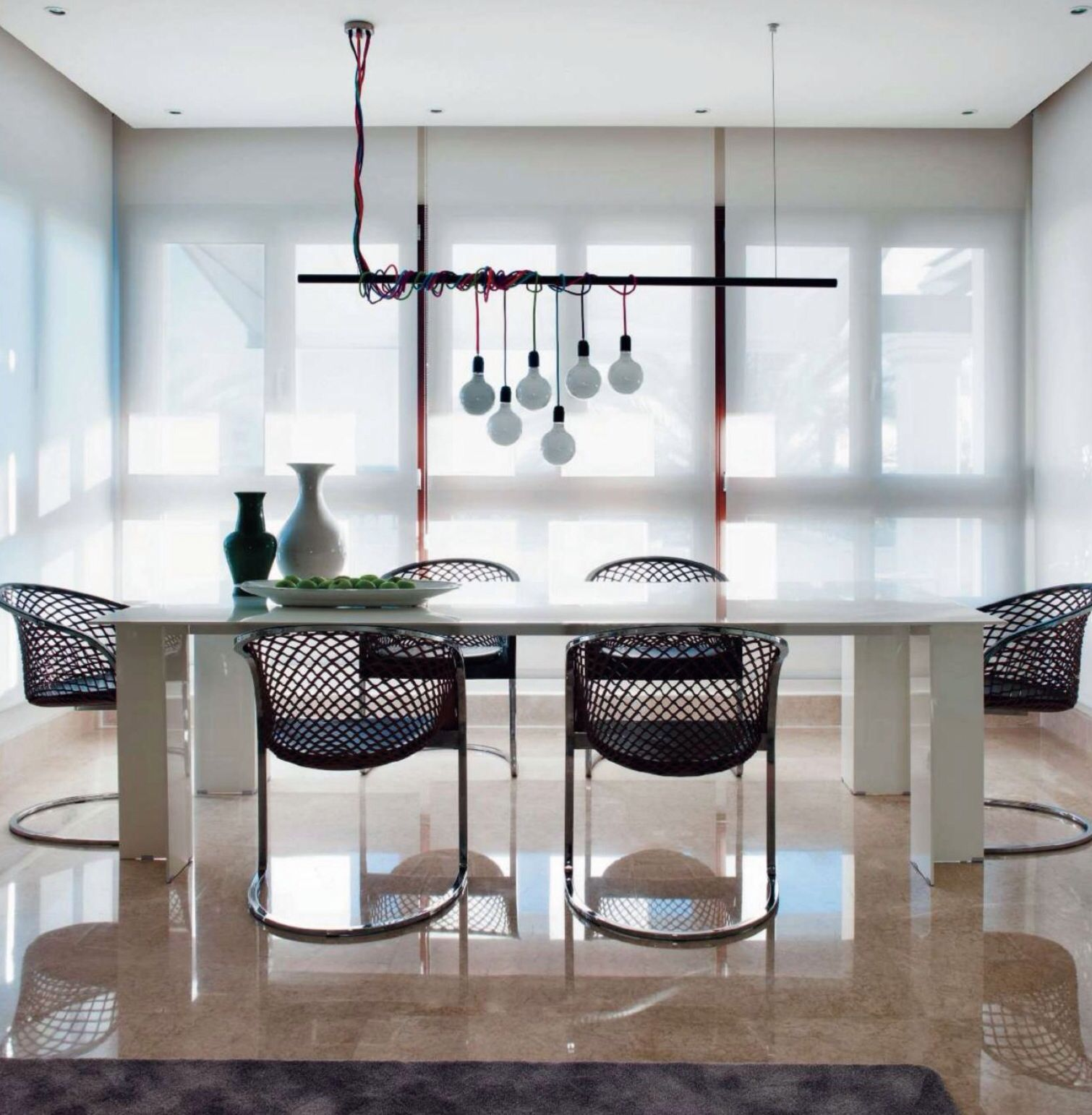 Matteo Kitchens: Lámpara Diseño De Pedro Peña Sobre Mesa De Aluminio Lacado