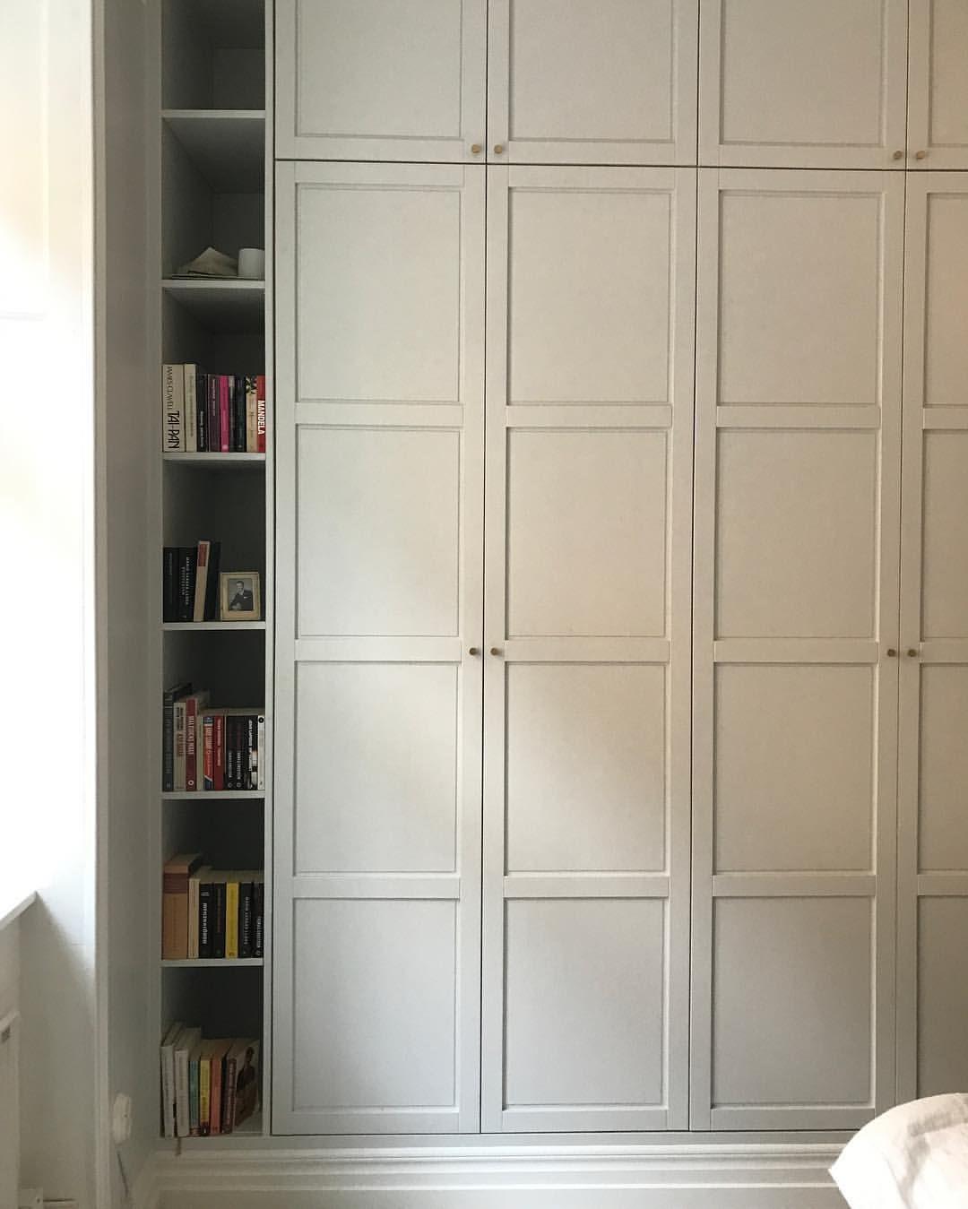 garderobsväggen har fått ny färg och en platsbyggd bokhylla som