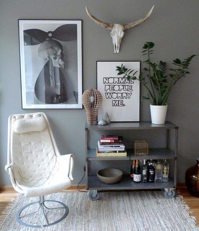 deko-wohnzimmer-skandinavisch-wadfarbe-grau-sessel-geweih-poster ...