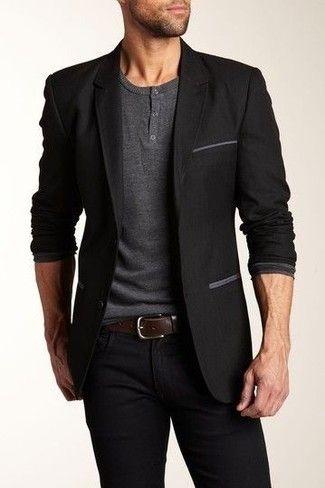db1507e6d8ad6 Un blazer negro y unos vaqueros negros son un look perfecto para ir a la  moda y a la vez clásica.