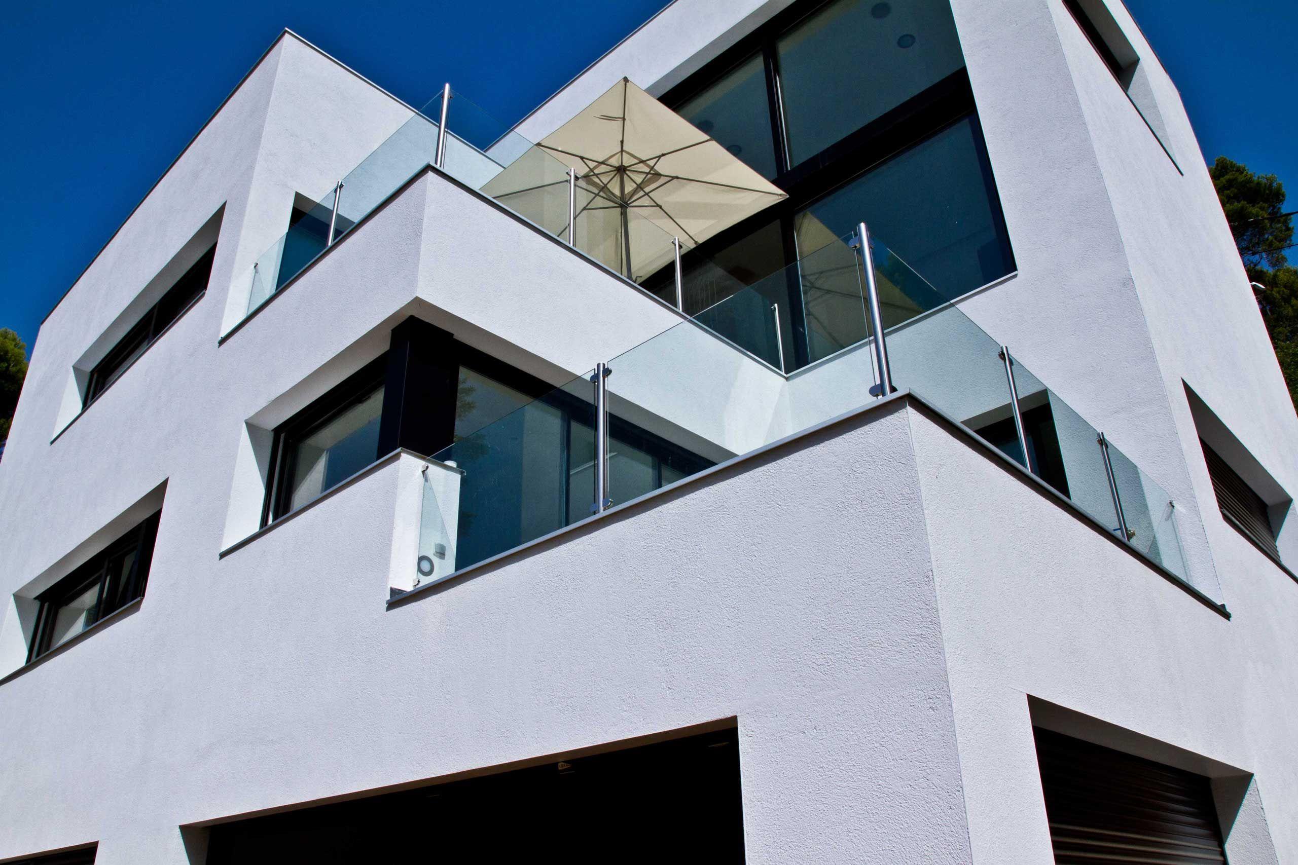 Edificios moderno balcon exterior fachada vidrio for Exterior edificios