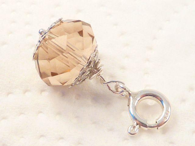 Ein zarter champagner-transparenter Kettenanhänger mit Kristallschimmer und Facettschliff.