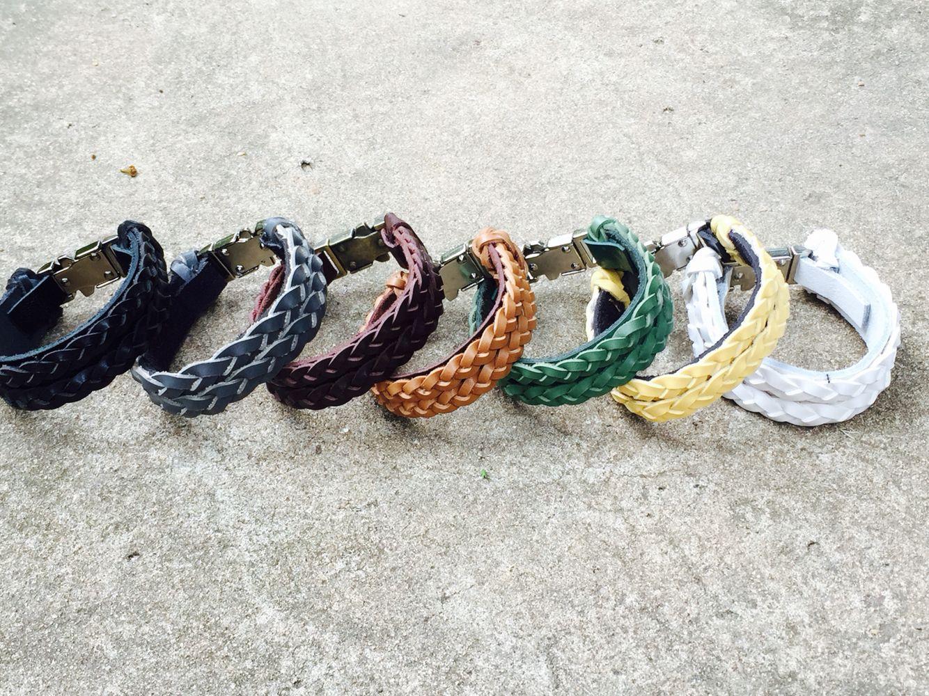 Kit com 7 pulseira em couro trançado com fecho em click. De R$244,00 por R$200,00 reais. Ou cada pulseira por R$35,00 reais. Visite nossa loja virtual www.wpaiva.com