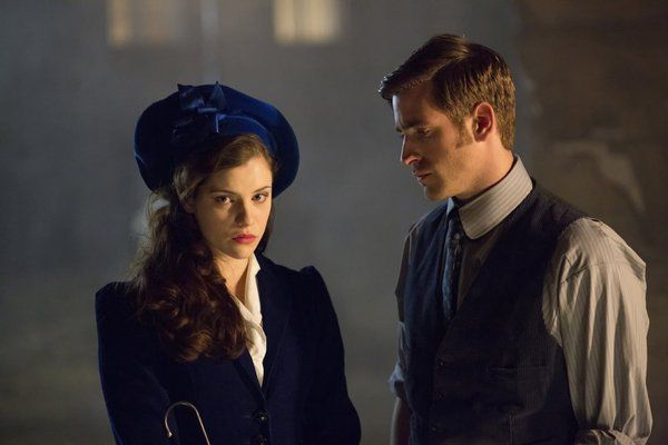 Still of Jessica De Gouw and Oliver Jackson-Cohen in Dracula