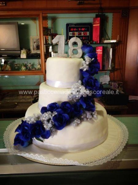 Torta tre piani con cascata di fiori per il 18 for Torte di compleanno a due piani semplici