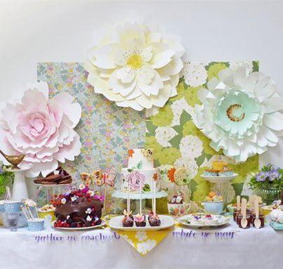 Dessert Table With Paper Flower Backdrop Casamento Mesa De Bolo Decoracao Flores De Papel Flores De Papel
