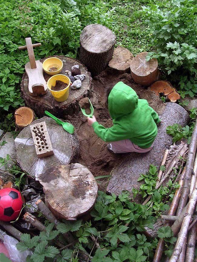 natürlicher Spielplatz mit Baumstümpfen und Ästen #asten #baumstumpfen #gardenideas #naturlicher #spielplatz    With a wooden deck or as a family garden: we present two design ideas for seating under trees-according to the Motto