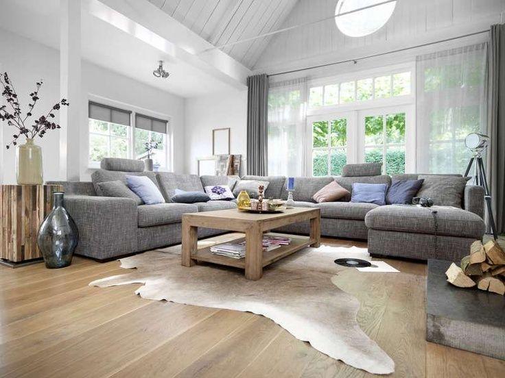Hoekbank grijs woonkamer licht houten vloer aw grijs groen interieur met open haard - Gordijnen landelijke stijl chique ...
