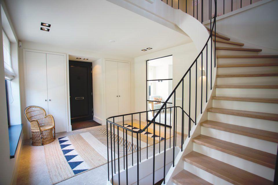 Hal met houten trap nieuwbouw villa wassenaar van der windt