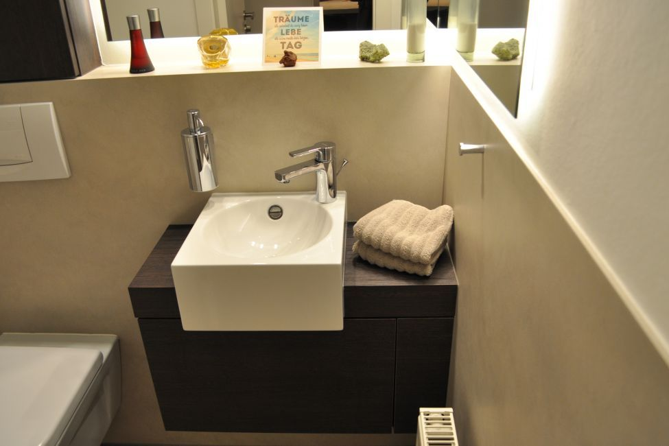 Gäste-WC ohne Fliesen, Möbel und Wandverkleidungen nach Maß | Bäder ...