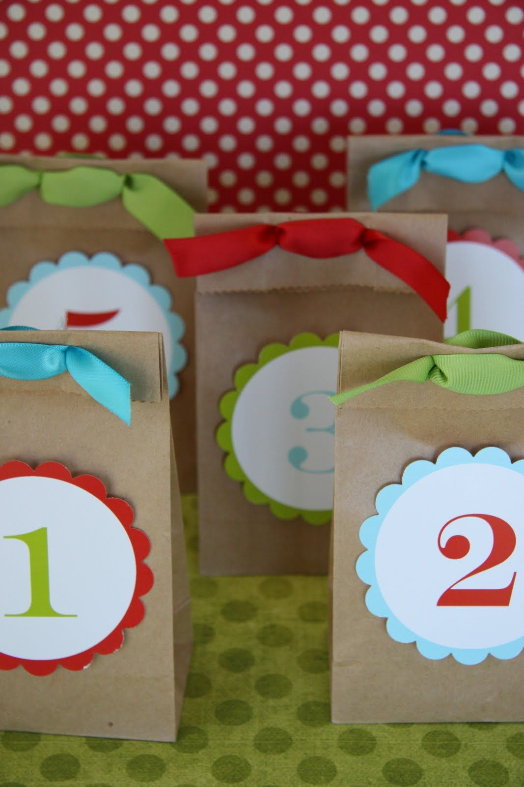 Free printable number tags for kids birthday party favor bags or Christmas countdown goodies.