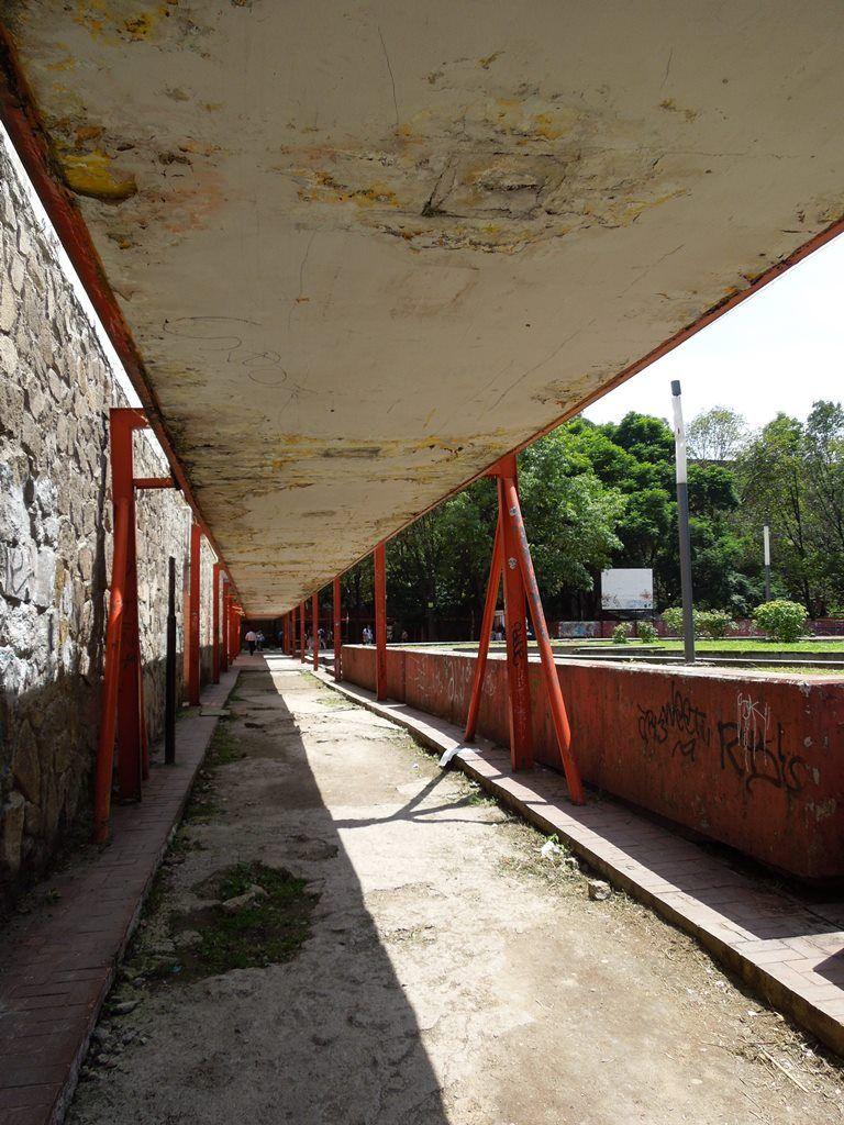 Unidad Habitacional Nonoalco Tlatelolco. Andadores, en el descuido. Foto: Perla Oropeza.