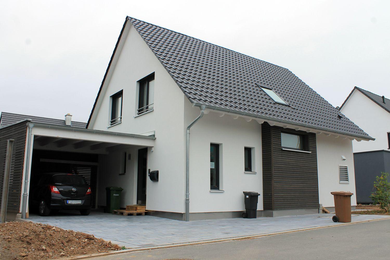 einfamilienhaus holzhaus satteldach holzfassade fenster modern carport dachfenster efficiento. Black Bedroom Furniture Sets. Home Design Ideas