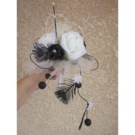 Bouquet Mariée Rond Noir et Blanc avec roses, plumes et perles