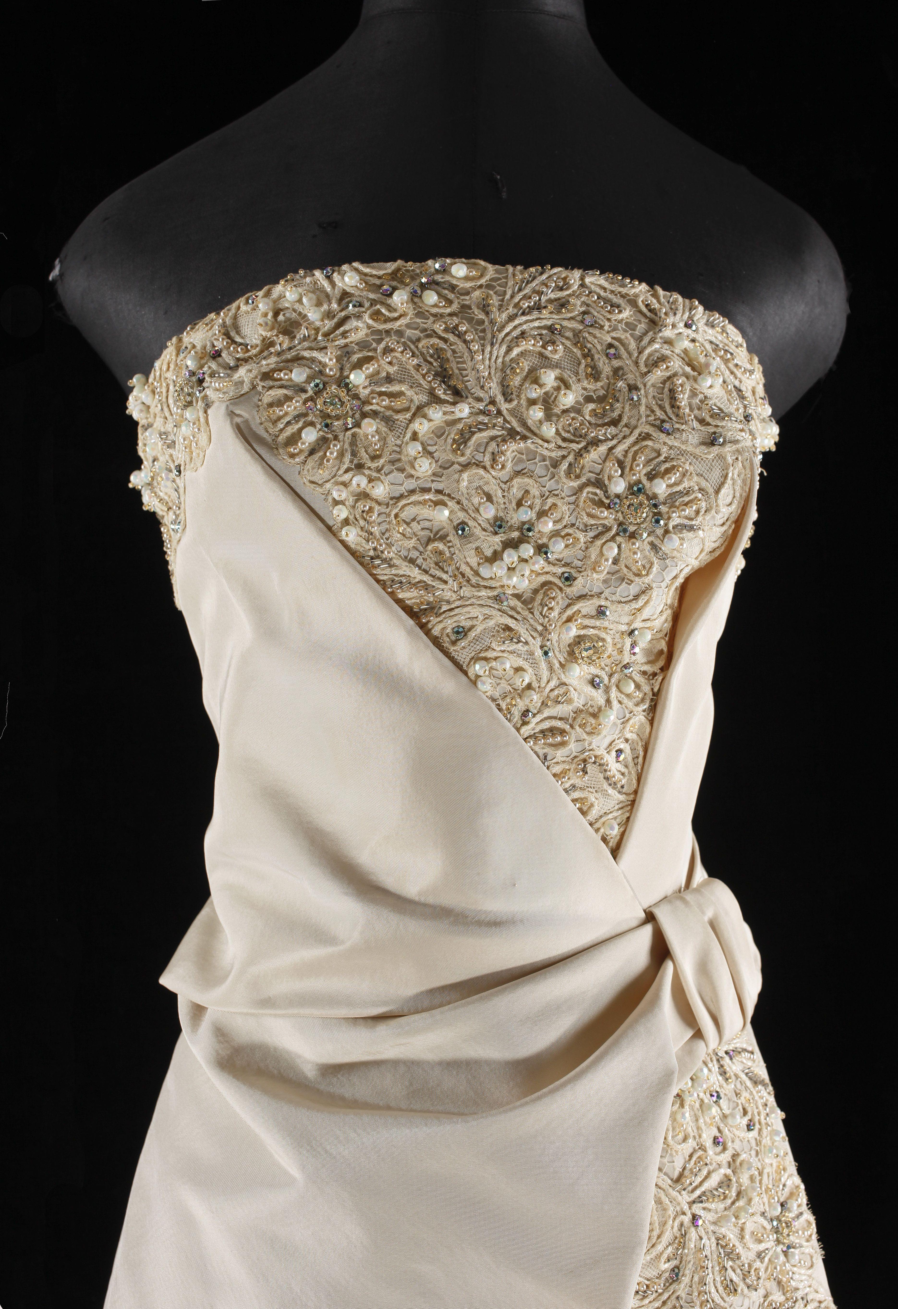 be1fd4ecee8a Långklänning från Leja, 1960-tal i gräddvit siden. Axelbandslös klänning  med snäv kjol