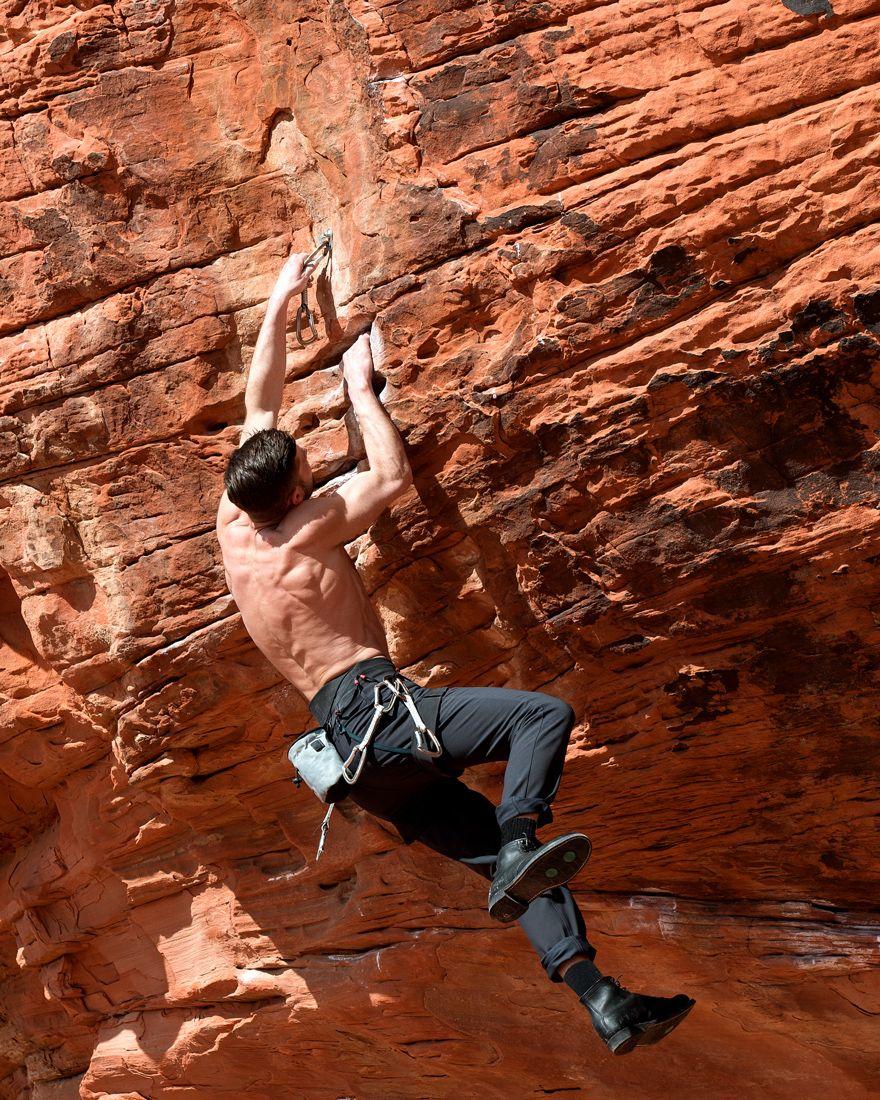 фото мужчины альпиниста стоит вопрос