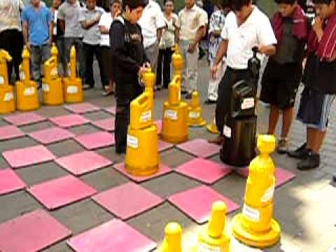 ajedrez gigante con material de reciclaje - Buscar con Google