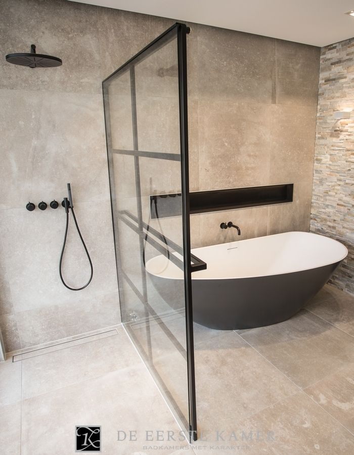 de eerste kamer de stalen douchewand is tegelijkertijd de