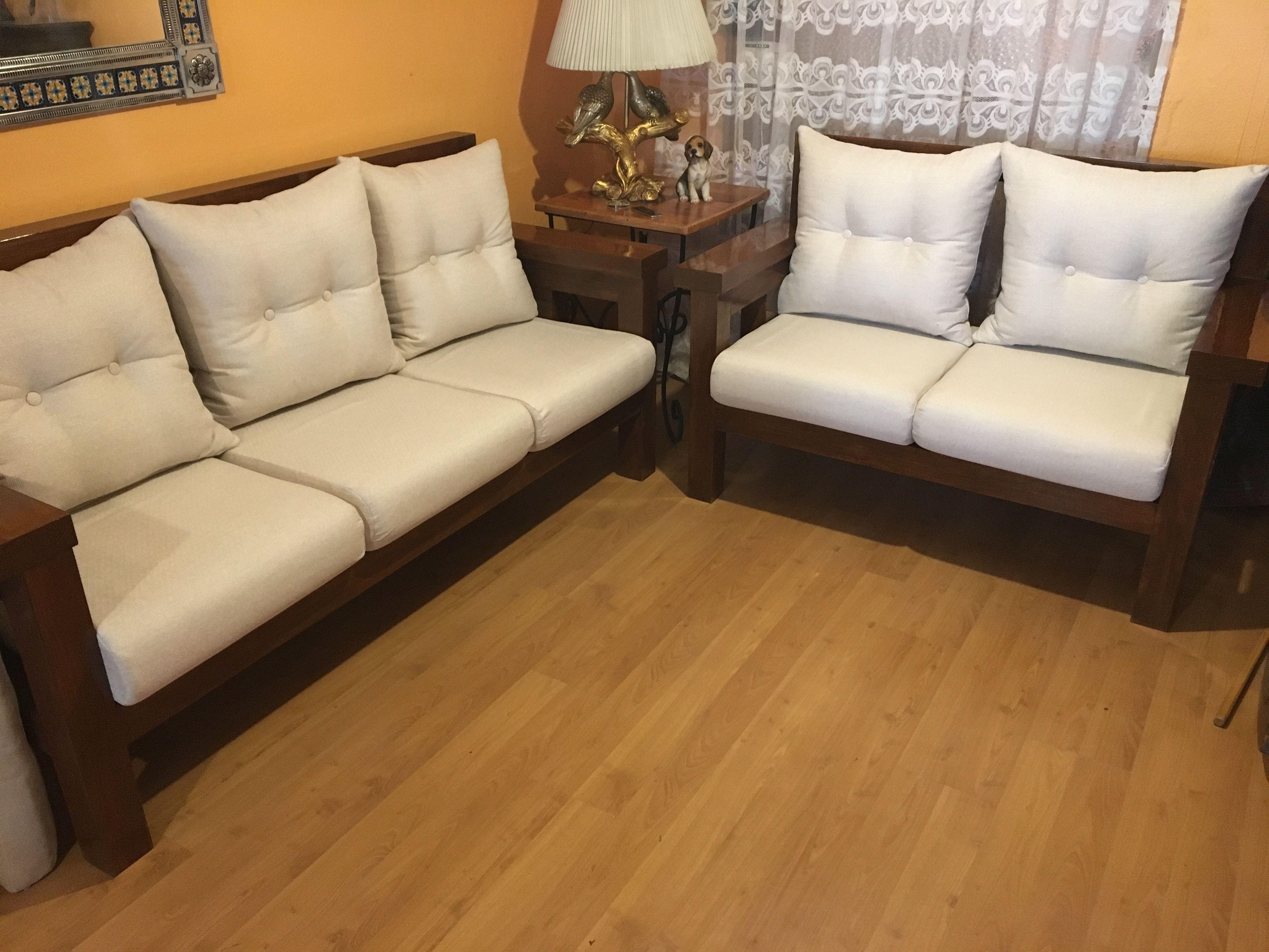 Muebles de madera para sala. Sofá de madera realizado sobre diseño ...
