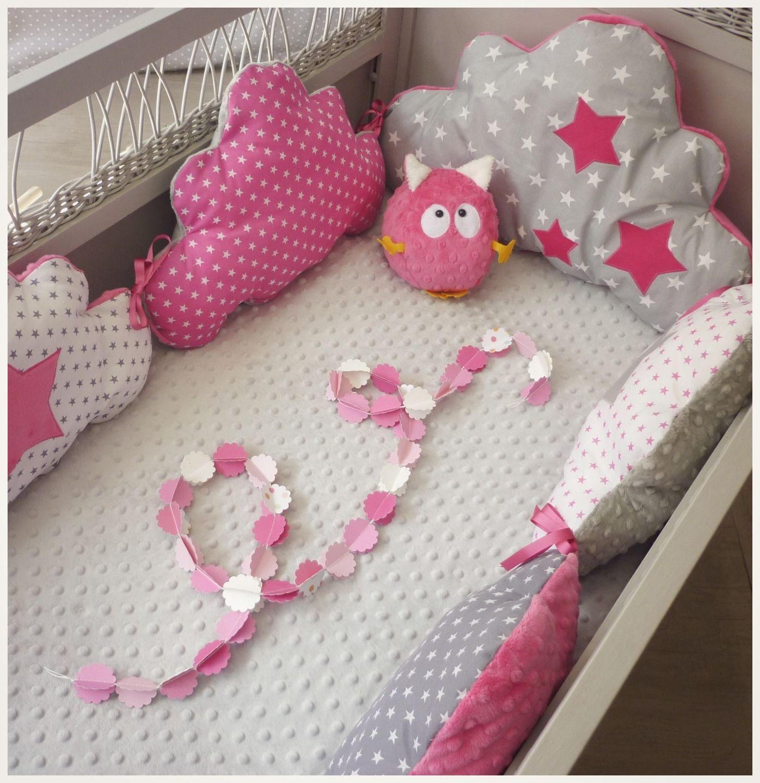 Tour de lit bébé nuage fuchsia, blanc et gris : Linge de lit enfants ...
