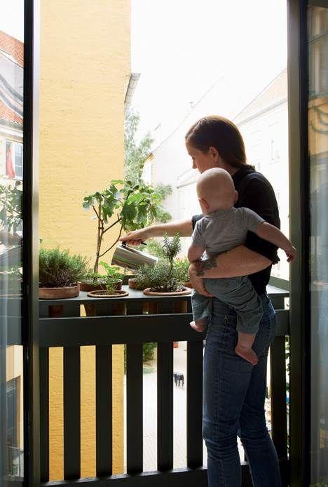 To voksne og to børn på 86 kvadratmeter i ét fælles rum kræver kreative løsninger, men det har Sara og Sune heldigvis helt styr på. Se deres geniale løsninger, der udnytter hver en centimeter.
