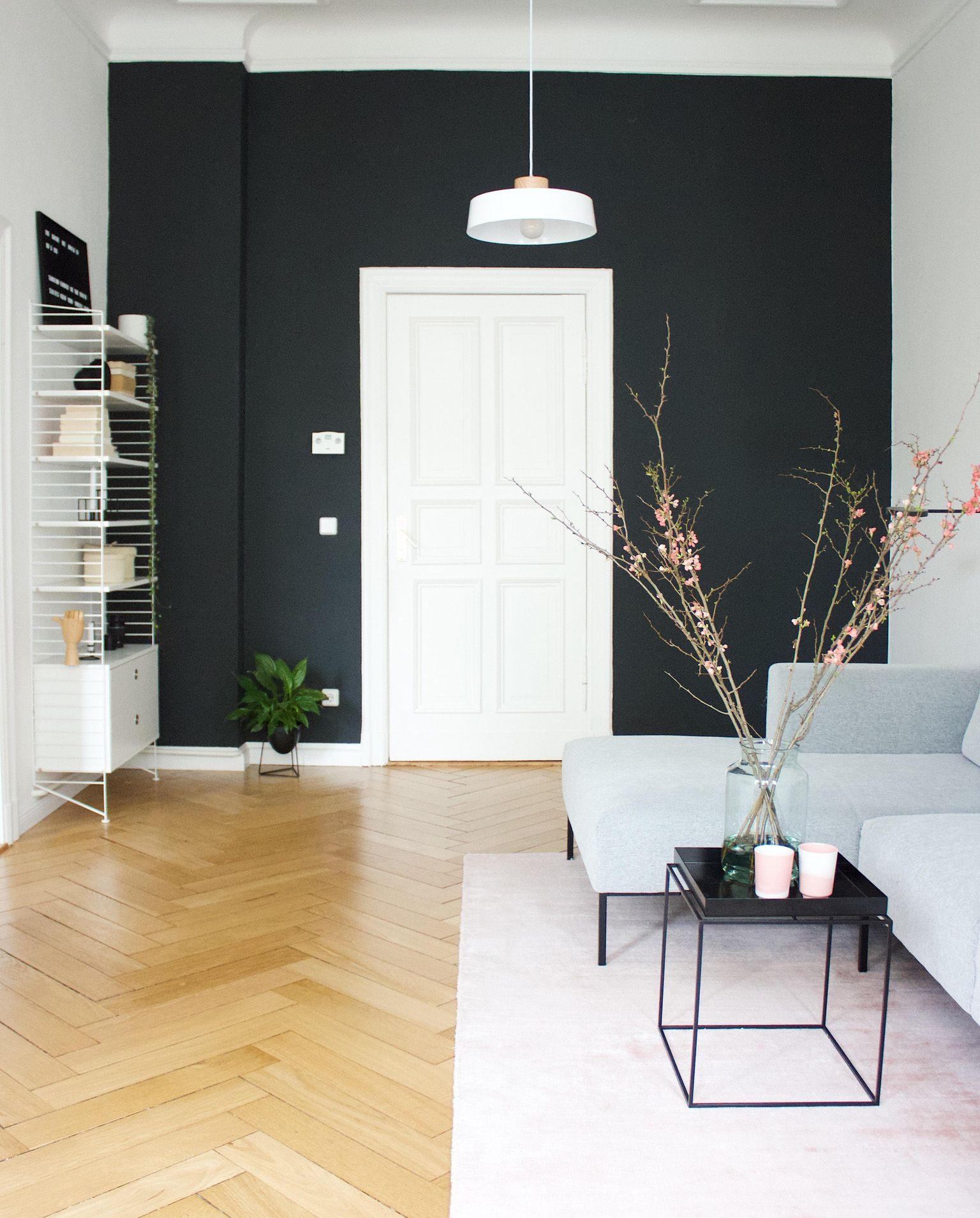Die Schwarze Wand Im Wohnzimmer Von Dasmaedchenmitdemperlenohrring Ist Ein Echter Hingucker Kombiniert Mit Rosafarbene Schwarze Wand Haus Wohnzimmer Haus Deko