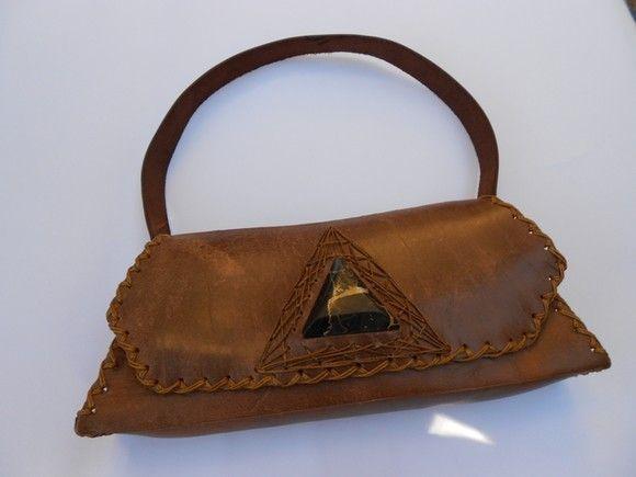 63c9890d3 Bolsa feita à mão em couro natural com detalhe em pedra (serpentina ...
