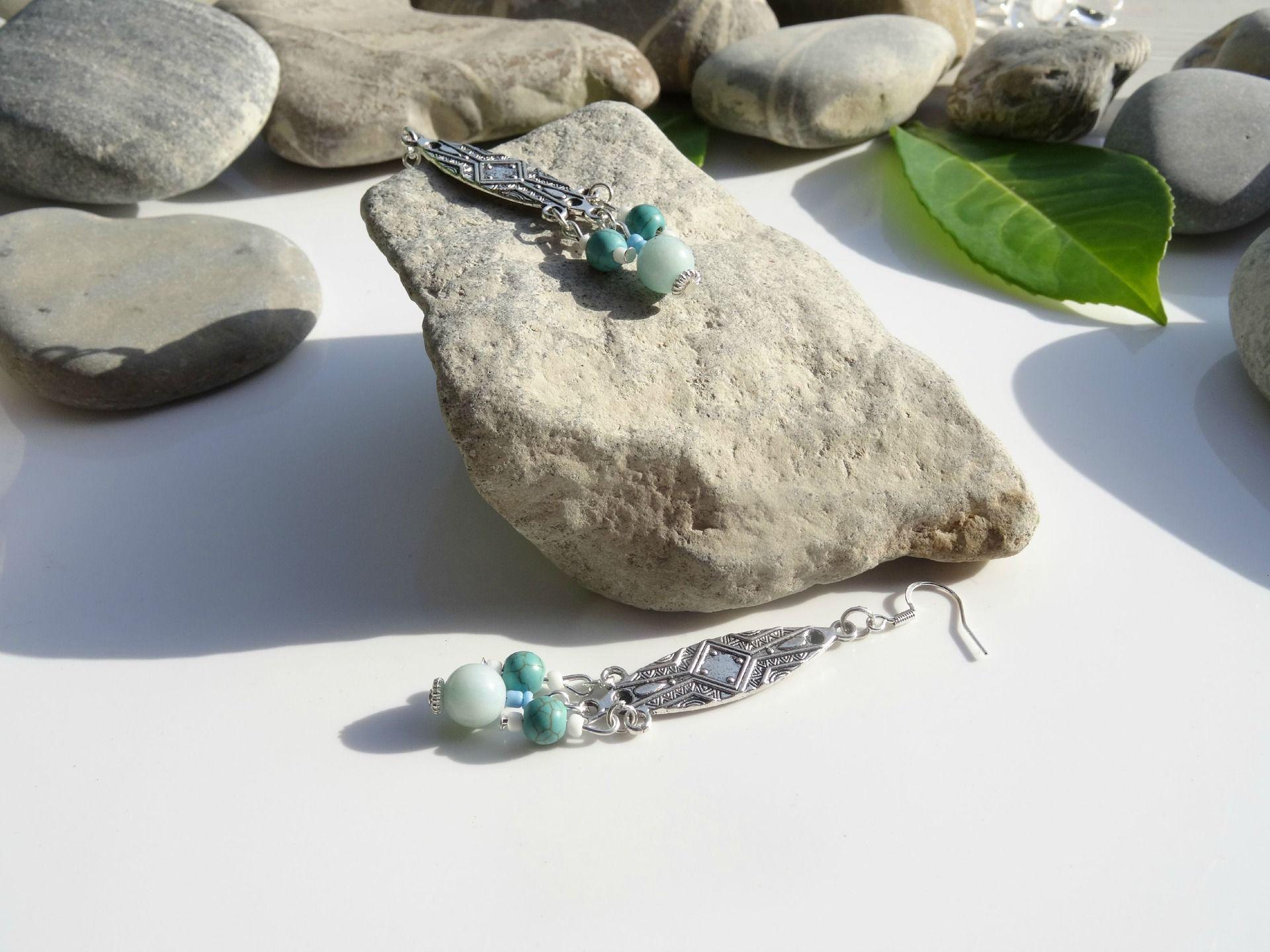 Boucles d'oreilles en perles d'amazonite et howlite sur supports ethniques en argent tibétain : Boucles d'oreille par lapassiondisabelle