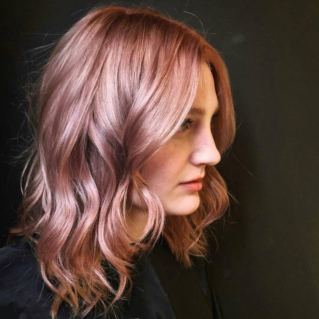 Chica con el cabello rizado pintado en color rosa-dorado con toques de  violeta 4fe6de06e32a