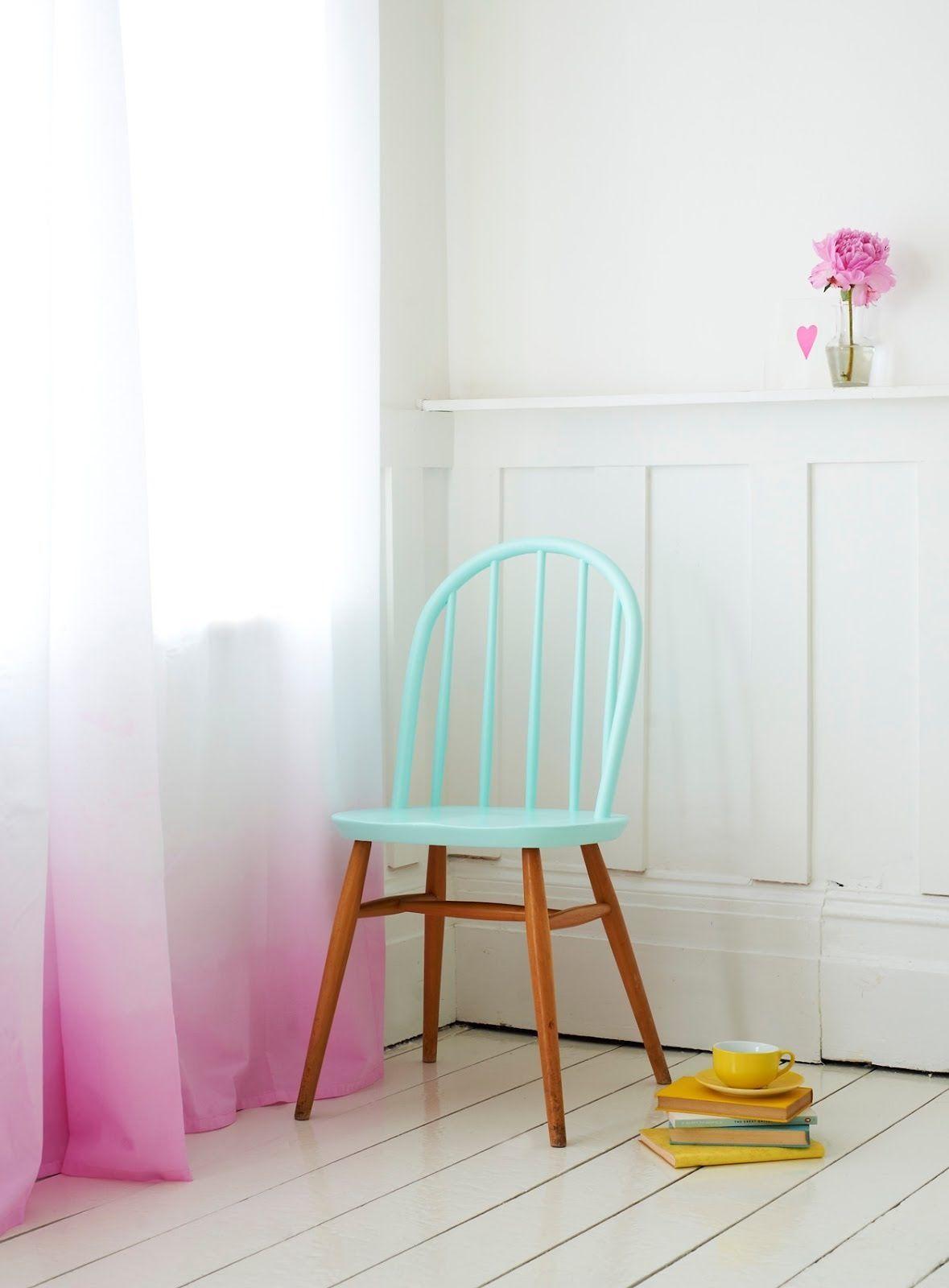 stoeltje van oma in fee haar kamertje en gele dip dye witte gordijnen