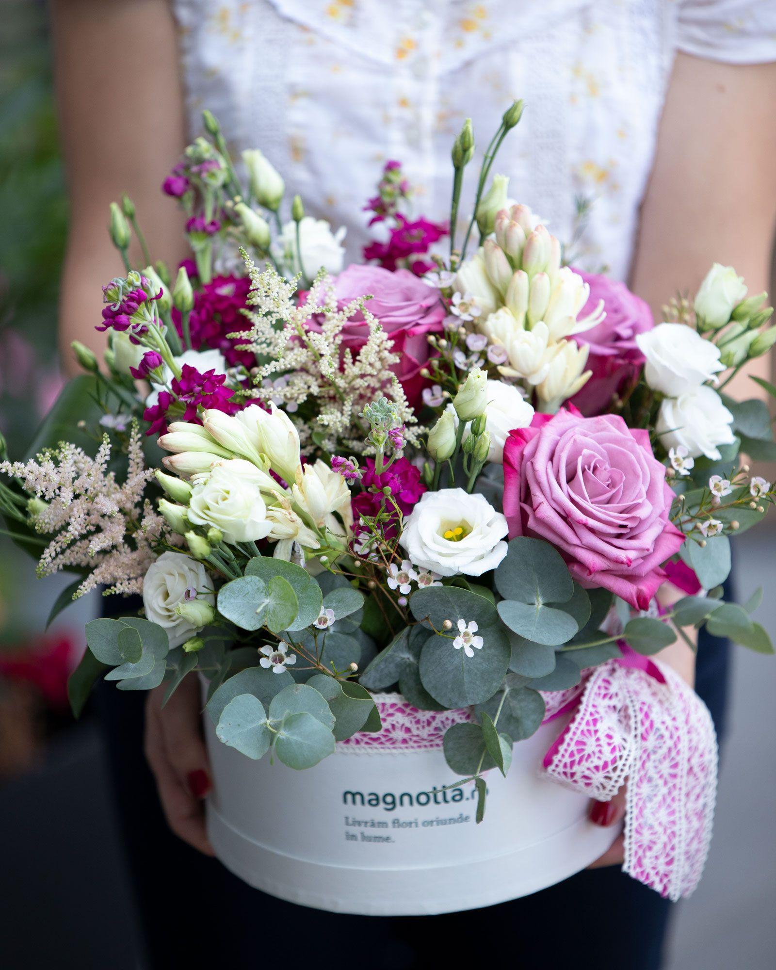 Flori Roz Si Albe într Un Aranjament Floral în Cutie Plin De Farmec