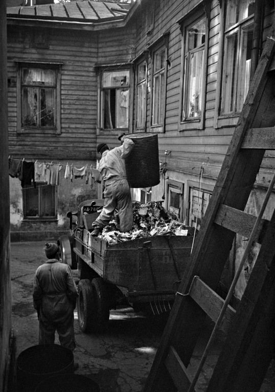 1950 -luku . Roskatynnyreiden tyhjennystä jäteauton lavalle Punavuoressa.  Näin toimi jätehuolto Helsingissä 1950-luvulla. Kuva Punavuoresta. (Kuva Hgin kaupunginmuseo, Eino Heinonen).