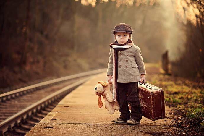 L'analogia del treno ci parla delle nostre emozioni, di come le affrontiamo e le attraversiamo. Noi adulti cerchiamo spesso di evitarle, di attutirle se si tratta di rabbia o paura e lo stesso tendiamo ad insegnare ai nostri figli. Sarebbe importante invece imparare fin da bambini ad attraversare i propri tunnel emotivi diventando così più forti.