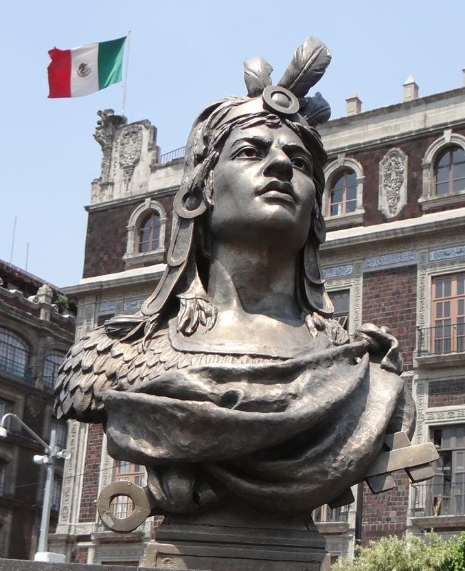 Busto de Cuauhtémoc en la Plaza de la Constitución, Ciudad de México.