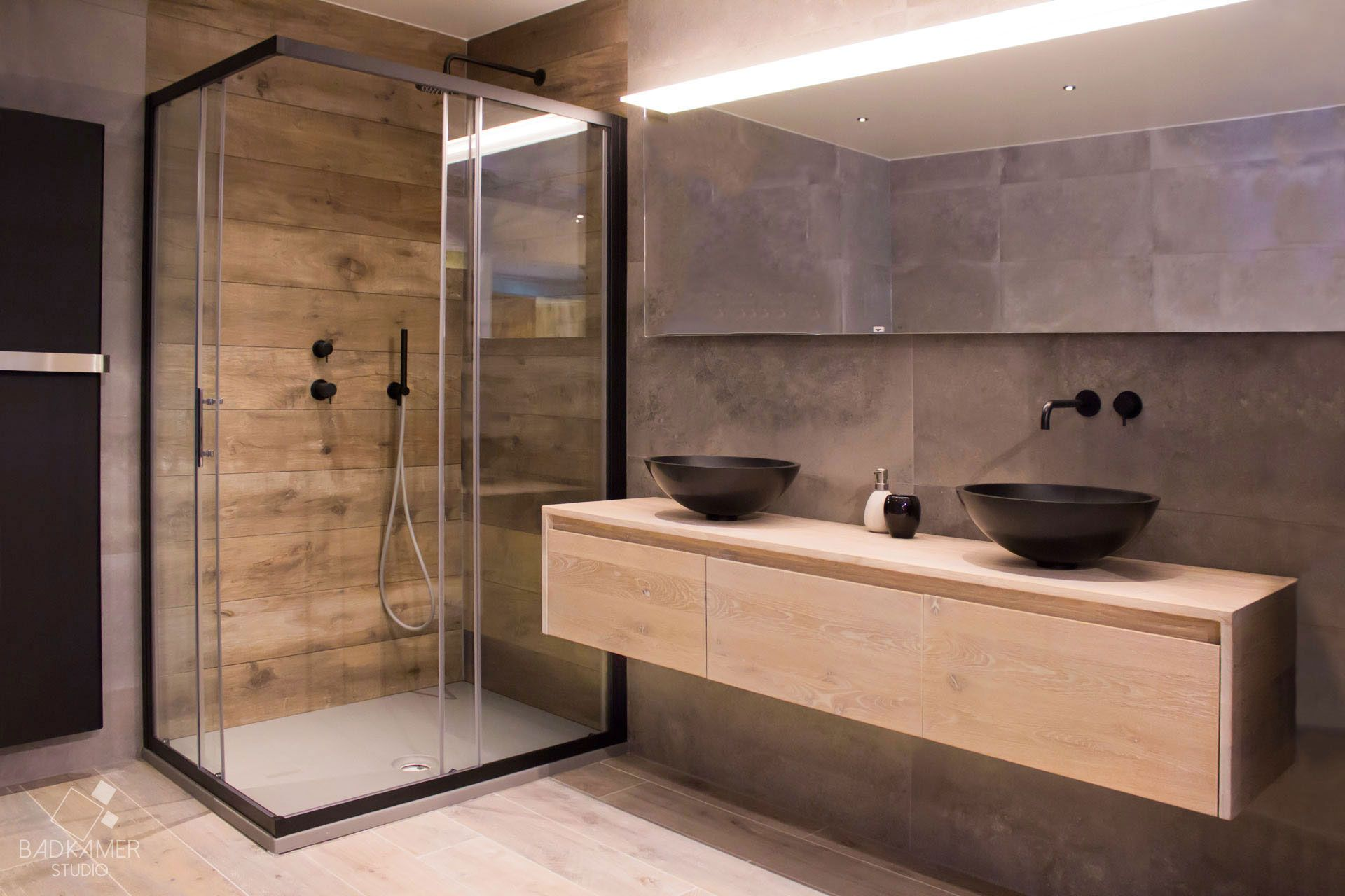 Mat Zwarte Kranen : Moderne maatwerk badkamer met kerlite tegels met houtlook op de