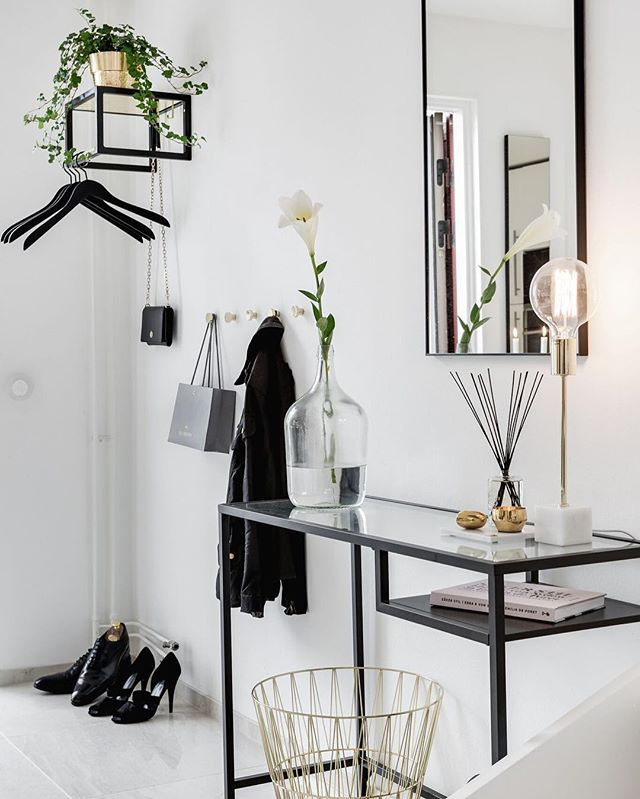 Scandinavische gang met zwart-witte styling en stalen dressoir. // via @ainteriorsaga @valvetmaklarfirma