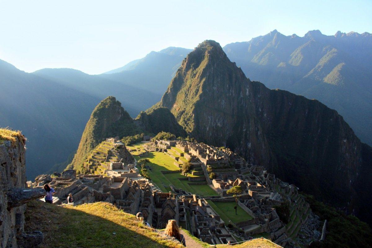 """""""EL SOL DE LOS ANDES""""... Adentrarse en 5 mil años de historia viva, escuchar los latidos del Imperio Inca en cada sierra, montaña y cumbre nevada, silencio profundo que habita en las alturas y una fuerte sensación de unión con todo ser vivo, son algunas de las características que distinguen al Perú del resto del mundo."""