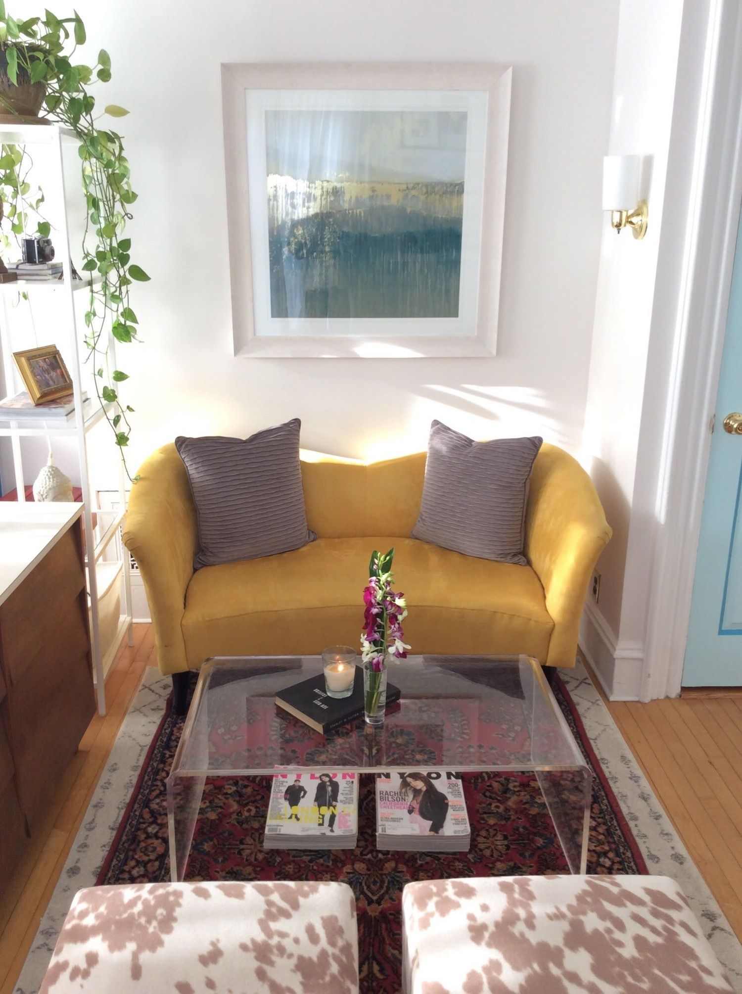 A Set Designer S Almost Entirely Craigslist Apartment Decorating Small Spaces Apartment Furniture Room