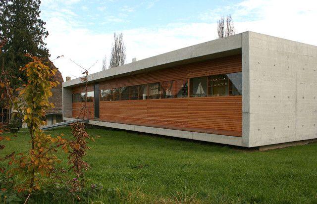 casa moderna y compacta constriuida en madera y hormign