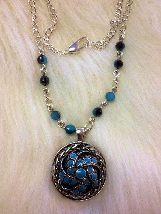 That one is famous Jaqueline Barradas necklace! Everyone like !