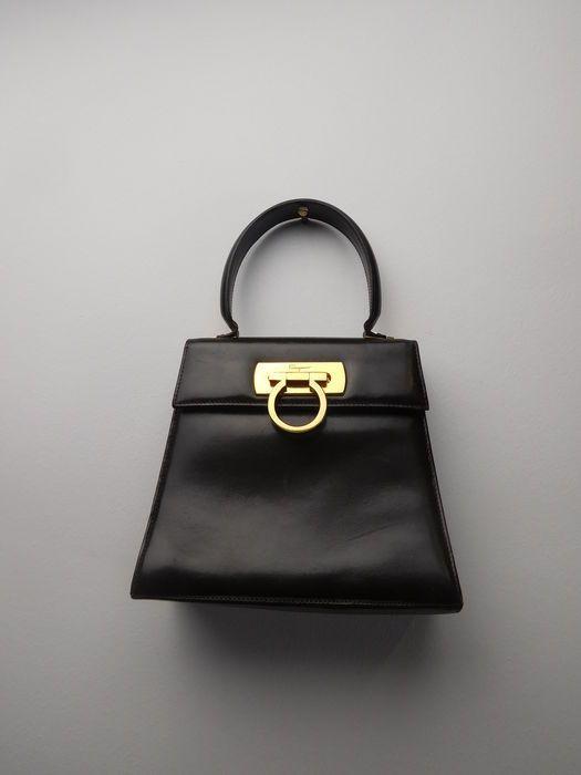 347acbecf6b Catawiki Online-Auktionshaus  Salvatore Ferragamo – Handtasche    Schultertasche – mit langem Riemen