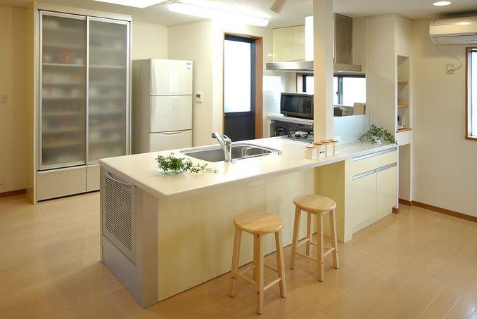 自然と家族が集まるフラット対面キッチンを中心としたldk 名古屋のリフォームとリノベーション モアリビング 対面 キッチン キッチン リビング キッチン