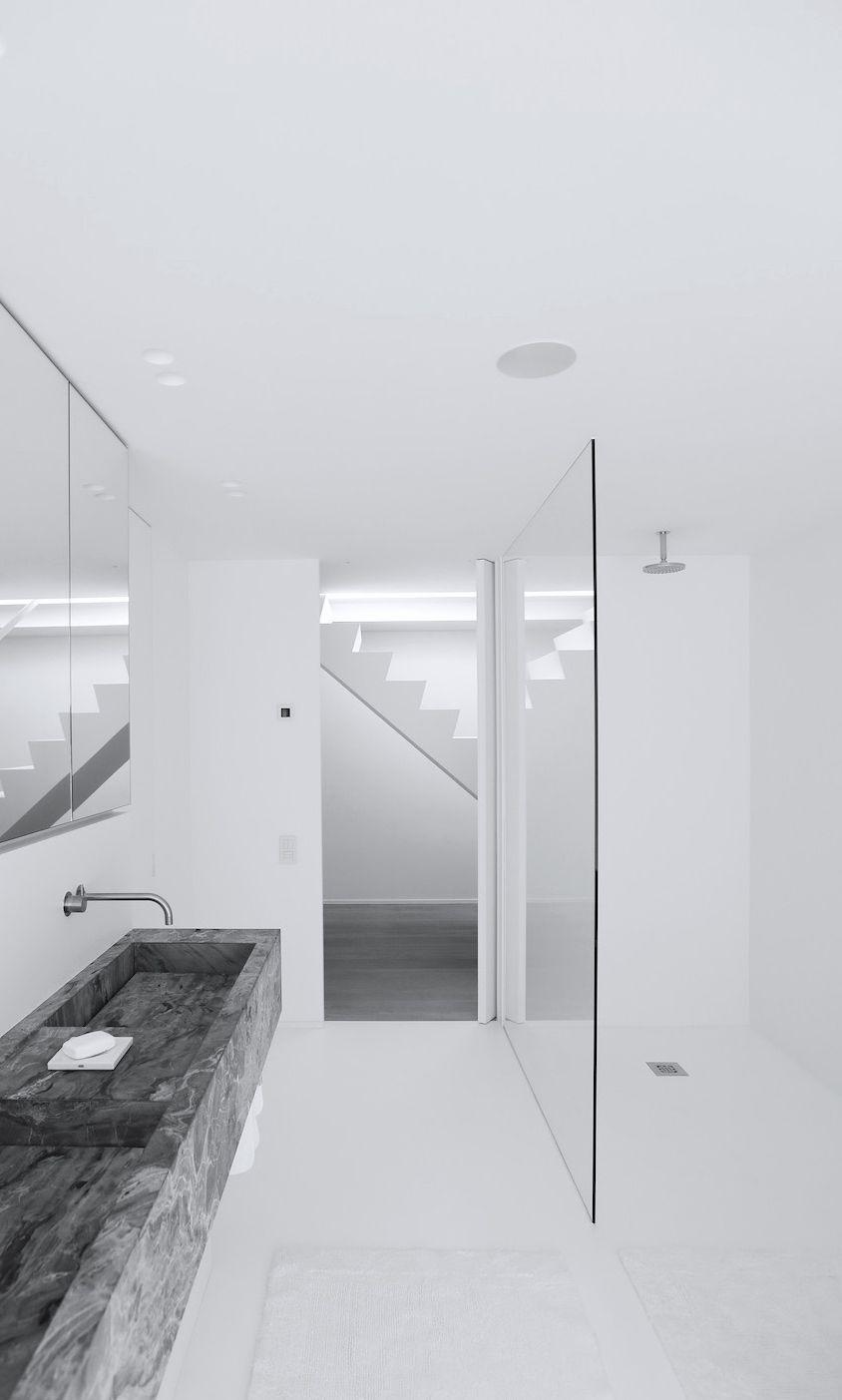 Bathroom by govaert vanhoutte bath greek ba os for Casa minimalista barcelona capital