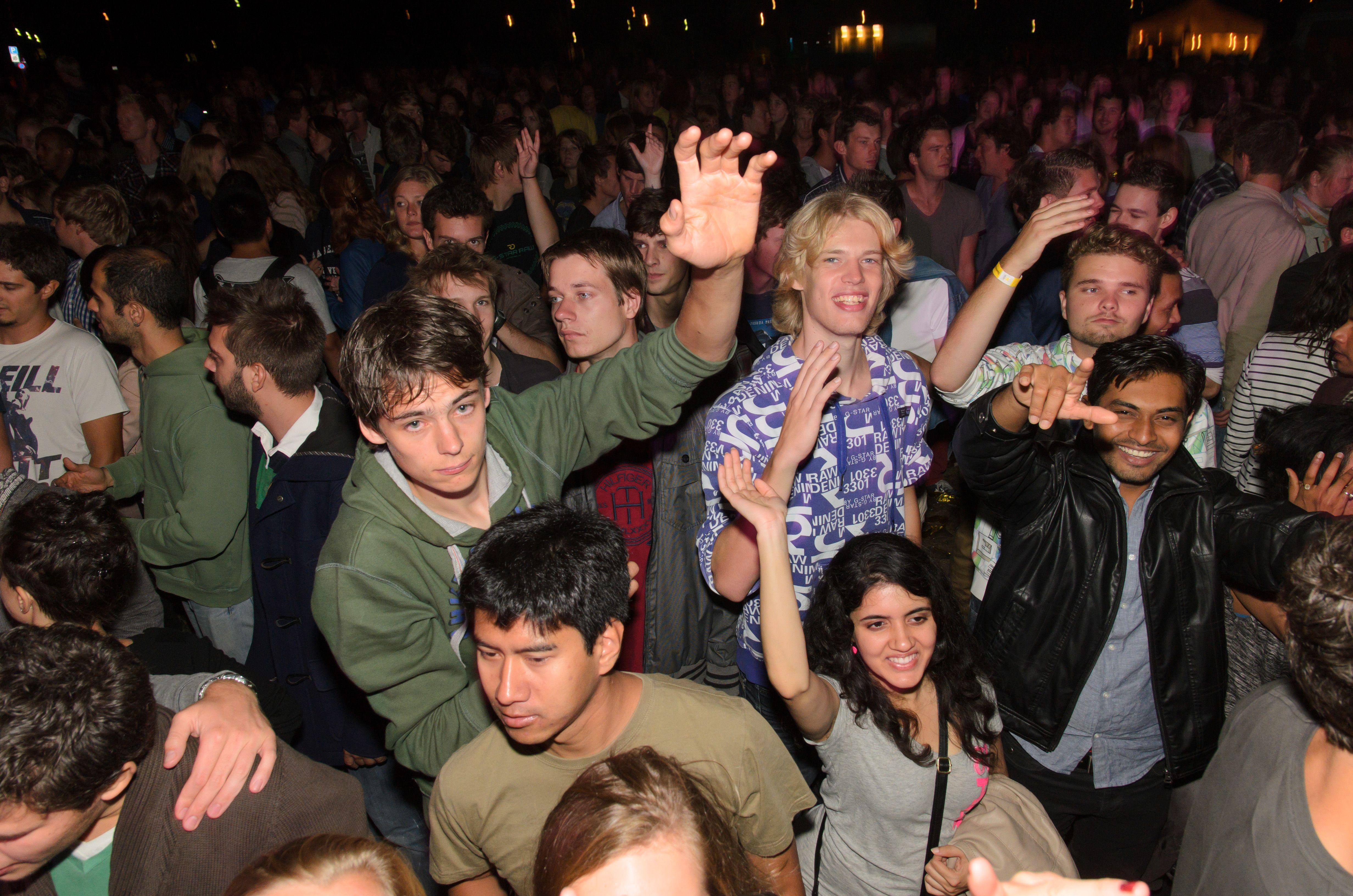 Свингерская вечеринка студенты где показывают титьки