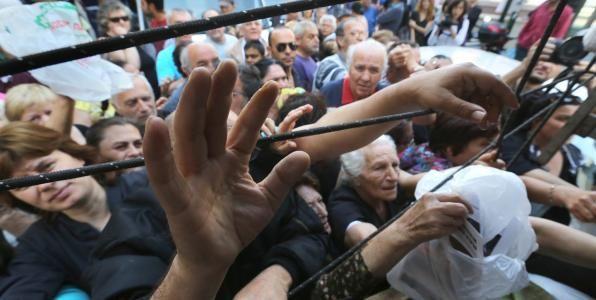 ΤΟ ΚΟΥΤΣΑΒΑΚΙ: Οι φτωχότεροι των φτωχότερων Oι φτωχότεροι στην Ελλάδα φτώχυναν περισσότερο εξαιτίας των μέτρων δημοσιονομικής προσαρμογής. Επιπλέον, δέχτηκαν μεγαλύτερο πλήγμα σε σχέση με τους φτωχότερους των άλλων χωρών της Ευρωζώνης, που έλαβαν αντίστοιχα μέτρα Απώλεια εισοδήματος κατά 15% γνώρισε το φτωχότερο κομμάτι των Ελλήνων, ενώ οι απώλειες ήταν μεγαλύτερες σε σχέση με εκείνες που υπέστησαν αντίστοιχες κοινωνικές ομάδες άλλων ευρωπαϊκών χωρών που εφάρμοσαν μέτρα ε