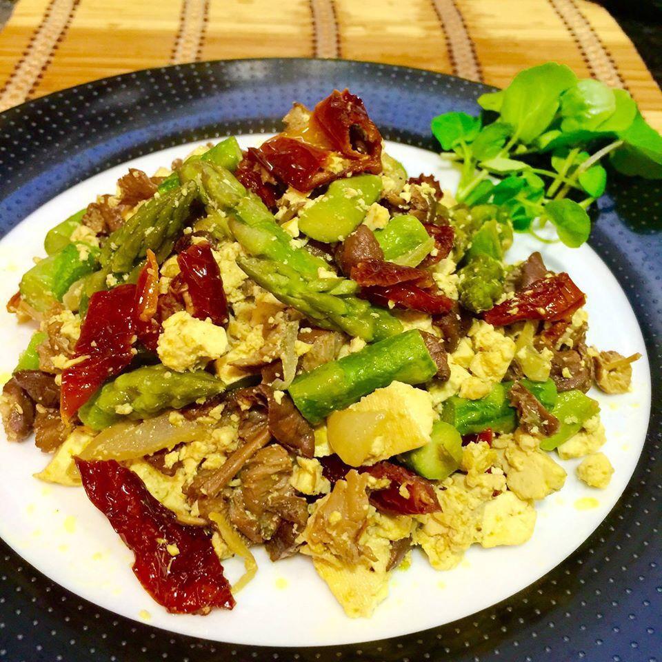 Amanida: remenat de tofu, esparrecs, moixerons, tomata seca i canonigos