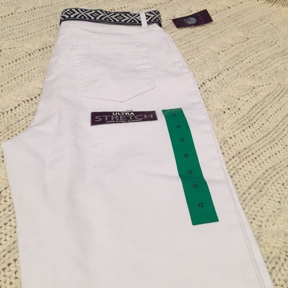 Sliming white capris jeans Slimming Capri jeans white with a belt . Mid rise Gloria Vanderbilt Pants Capris